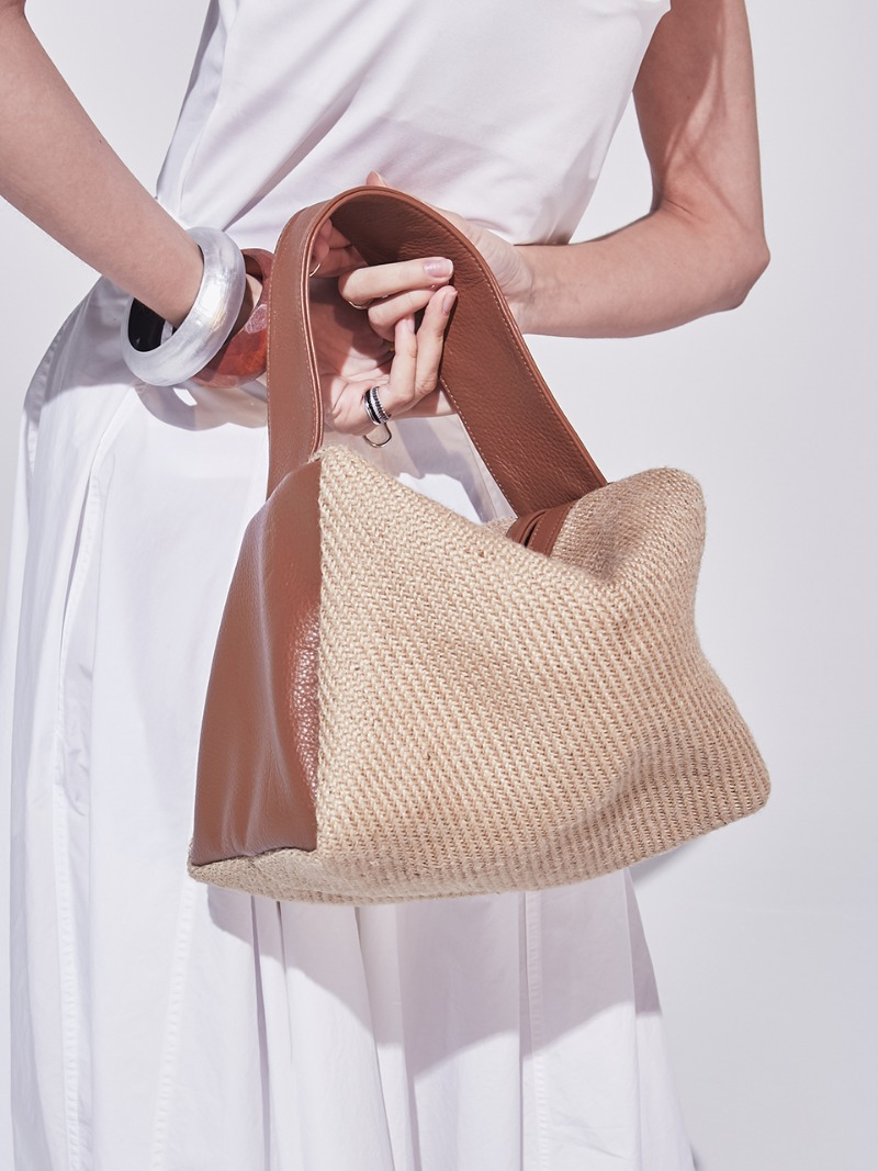 PETIT VALERIE COURRIER. RAFFIA BROWN [LEATHER: CALFSKIN]